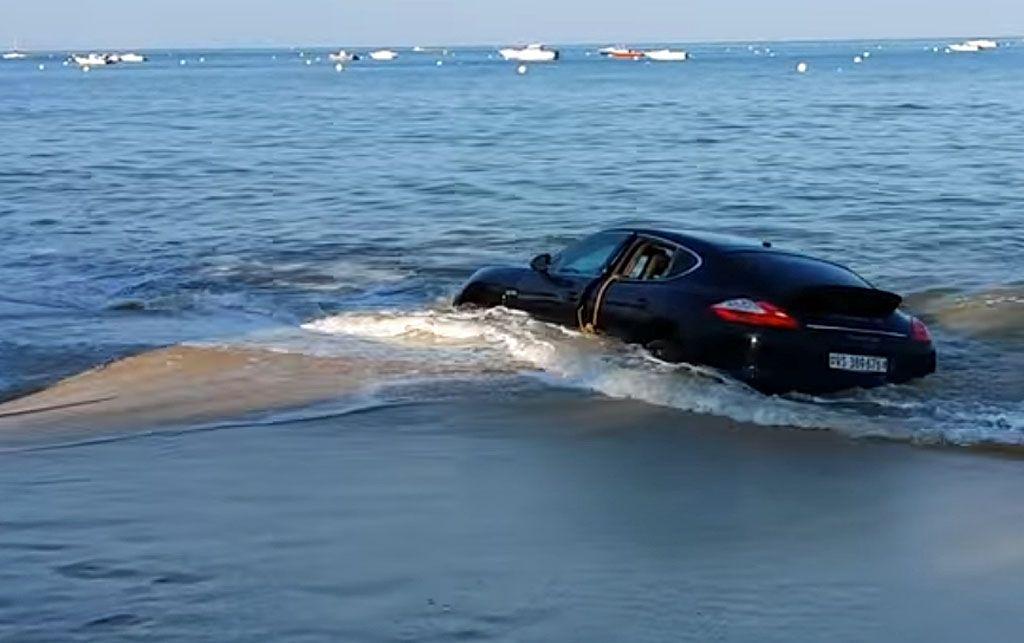 Una Porsche Panamera inghiottita dall'alta marea