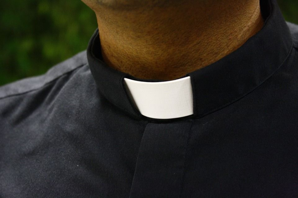 Lecce, perseguita il parroco: lui la denuncia per stalking