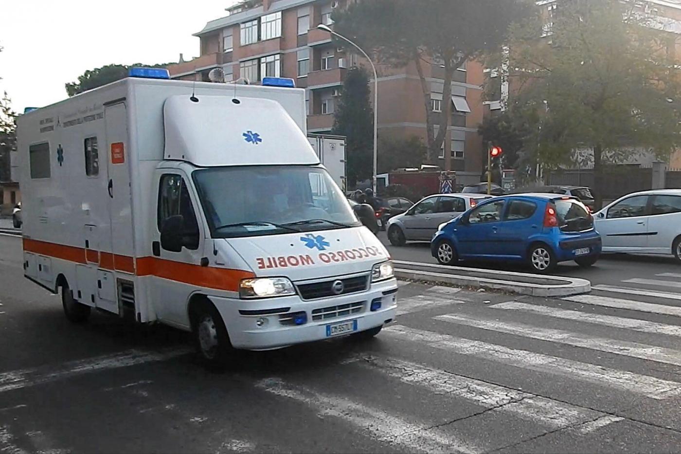 Carrara, cade cancello di una scuola: 2 bambini feriti