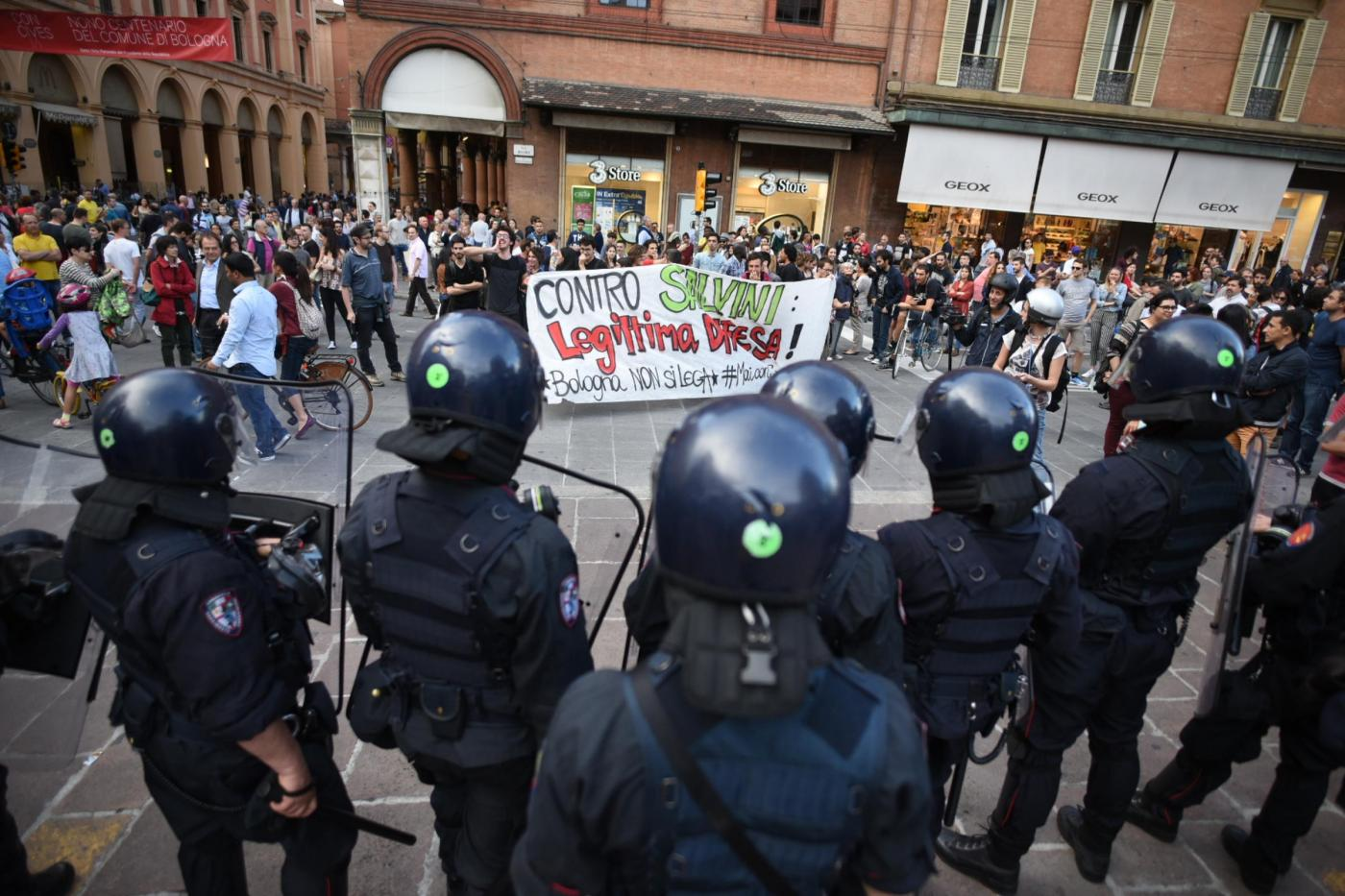 Matteo Salvini a Bologna, scontri tra polizia e manifestanti
