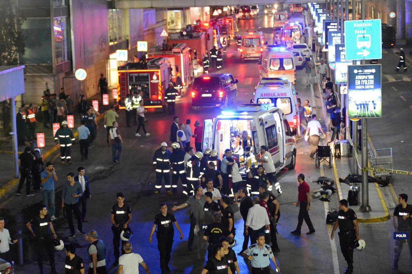 Turchia, attentato all'aeroporto Ataturk di Istanbul. Kamikaze fanno morti e feriti