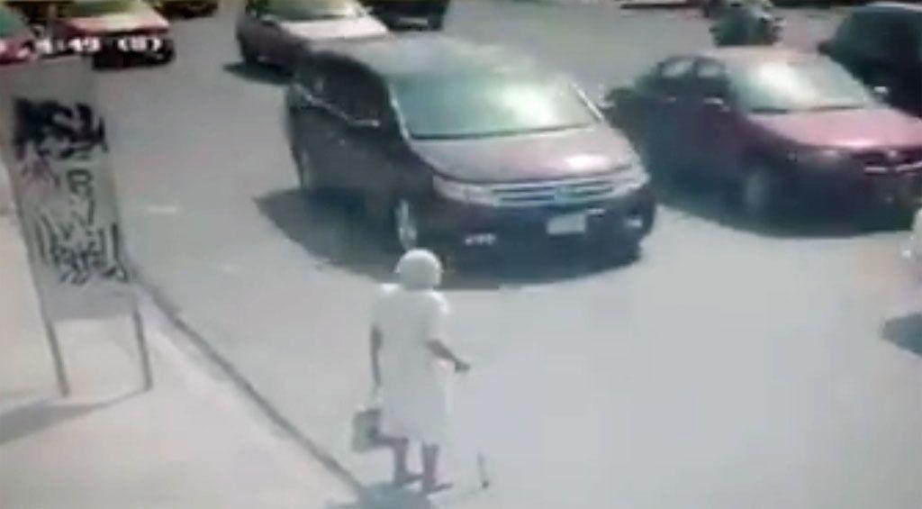 Anziana non riesce ad attraversare, automobilista le fa scudo