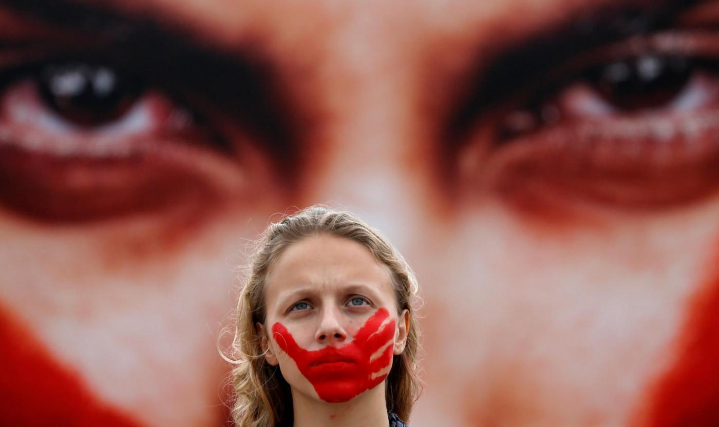 Violentata dal branco a 16 anni, viene insultata sul web: quando l'orrore non ha fine