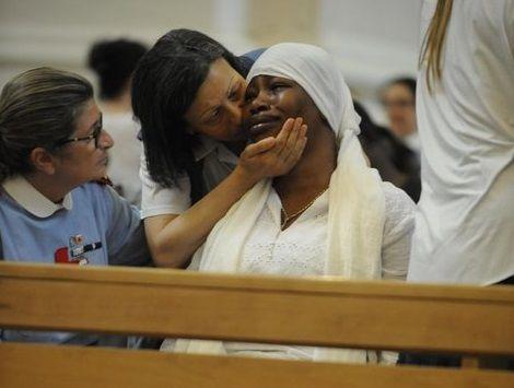 Funerali di Emmanuel: l'addio di Fermo al nigeriano ucciso dal razzismo