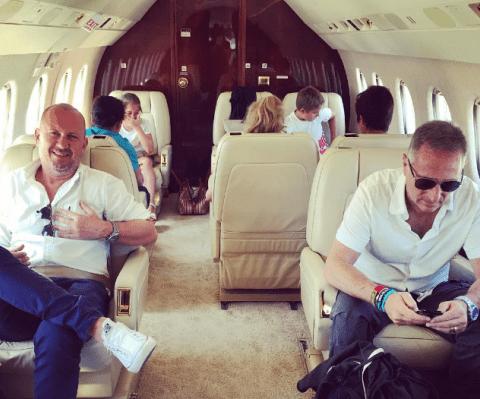Paolo Bonolis in aereo privato con moglie e figli: è polemica