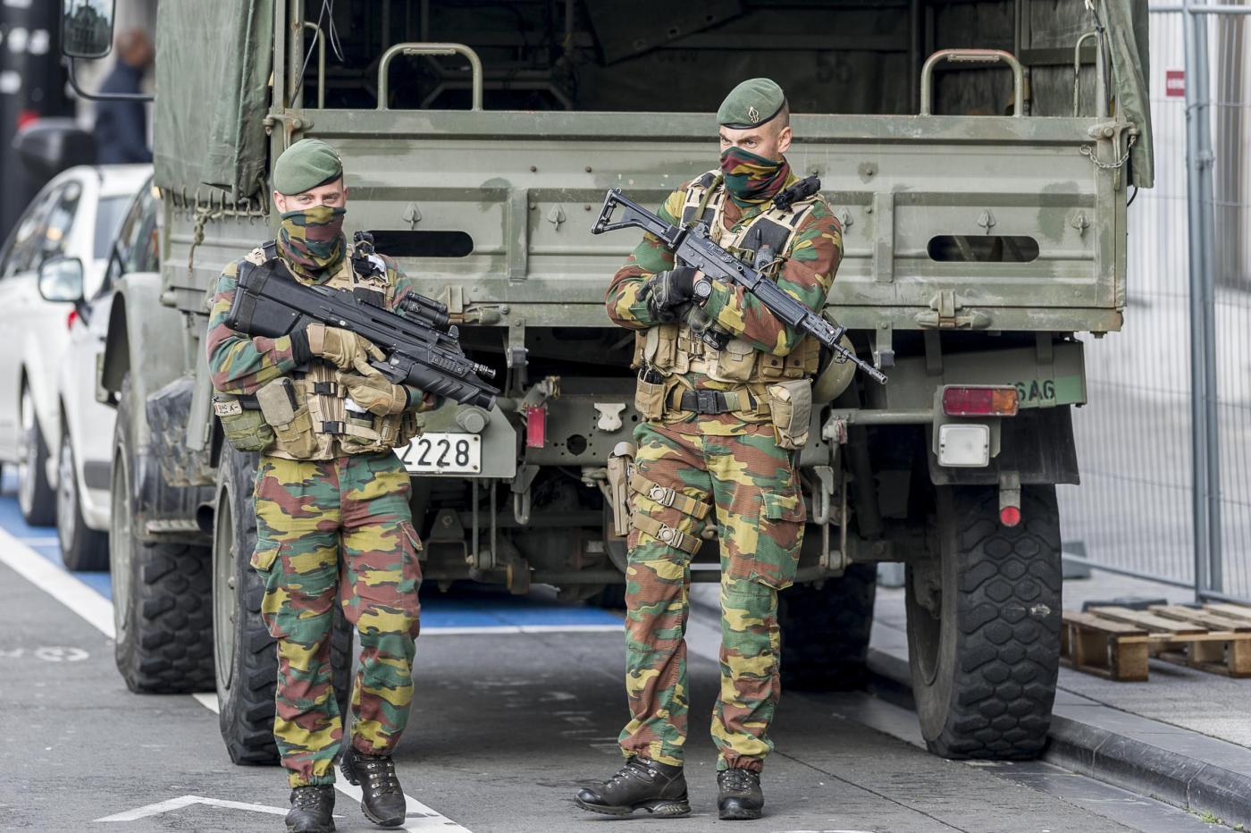 Bruxelles, 15enne con finto kalashnikov grida: 'Sono un terrorista'. Arrestato