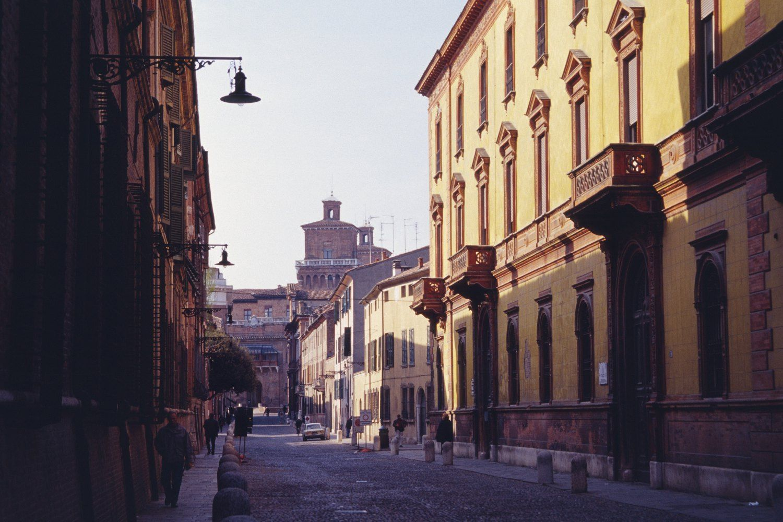 Ferrara: spari contro una coppia di anziani, morto il marito