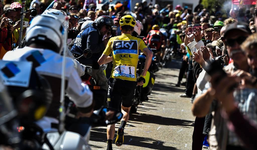 Tour de France 2016: Froome cade e si mette a correre sul Ventoux