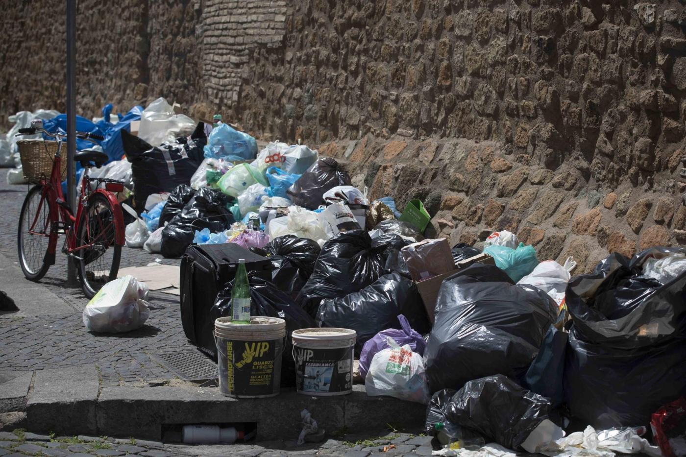 Rifiuti per le strade a causa dello sciopero nazionale del comparto di igiene ambientale