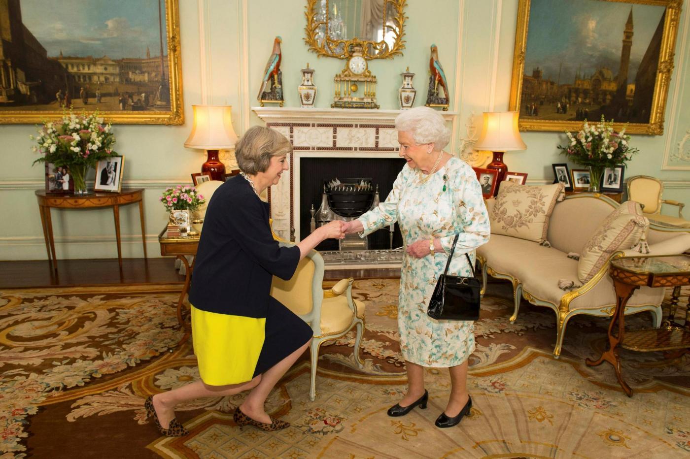 Theresa May dalla Regina Elisabetta è ufficialmente primo ministro