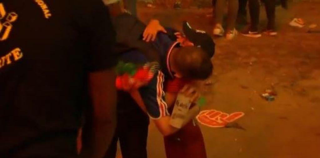 Euro 2016: un bambino portoghese consola un tifoso francese in lacrime