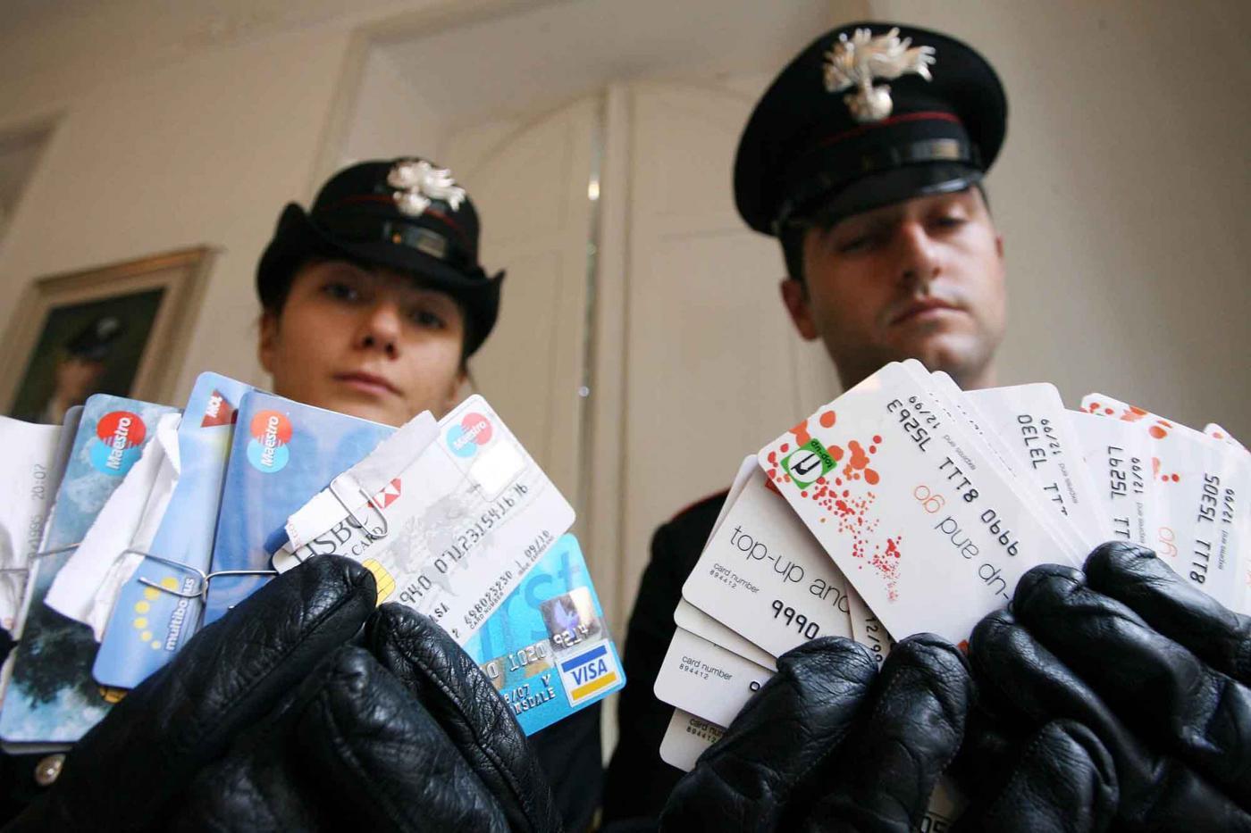 Truffe Bancomat, come clonano le carte di credito? Guida contro i furti