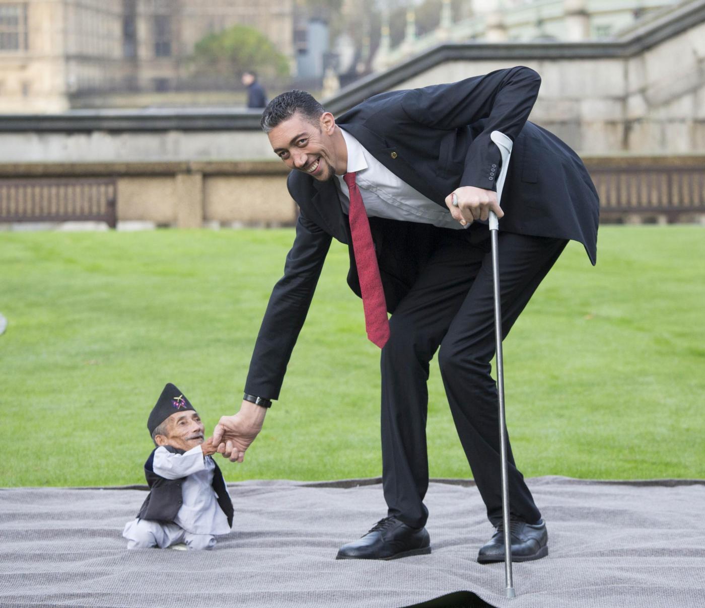 World's Tallest And Shortest Men Meet For Guinness World Records