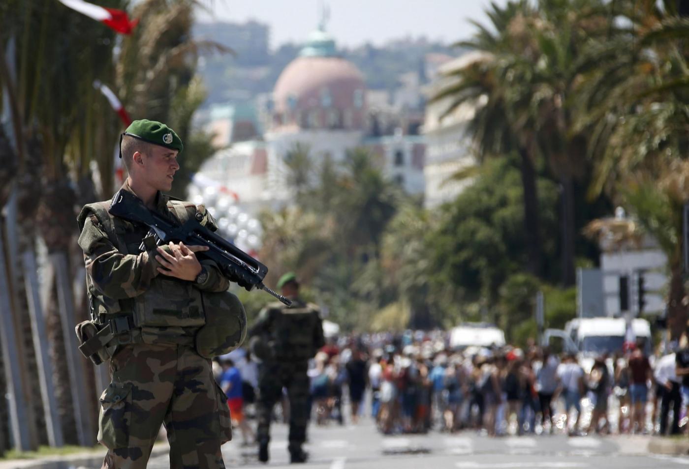 Nizza, la legione straniera presidia la Promenade des Anglais