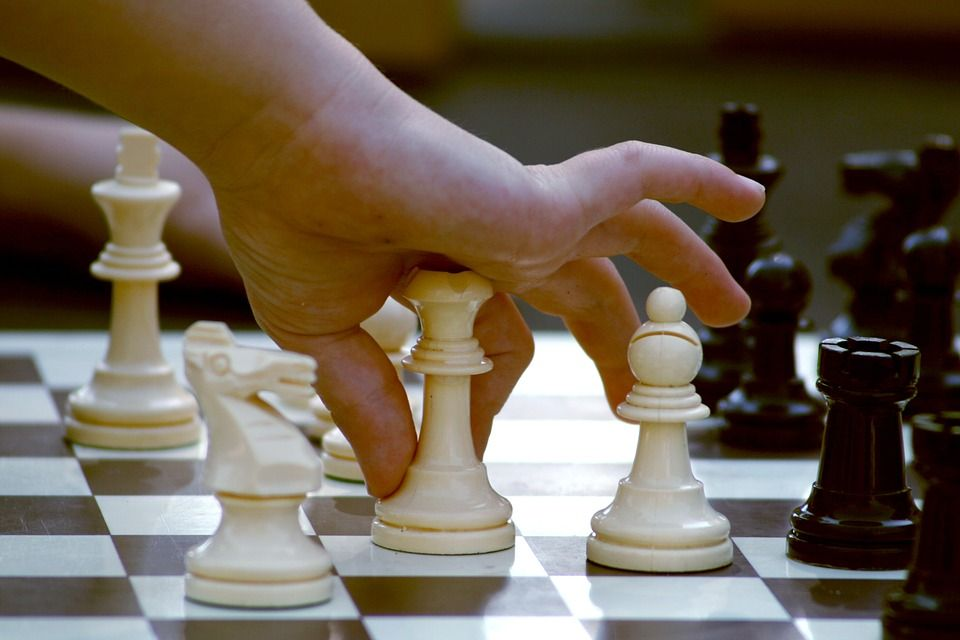 Campione di scacchi bara grazie al computer: squalificato per due anni