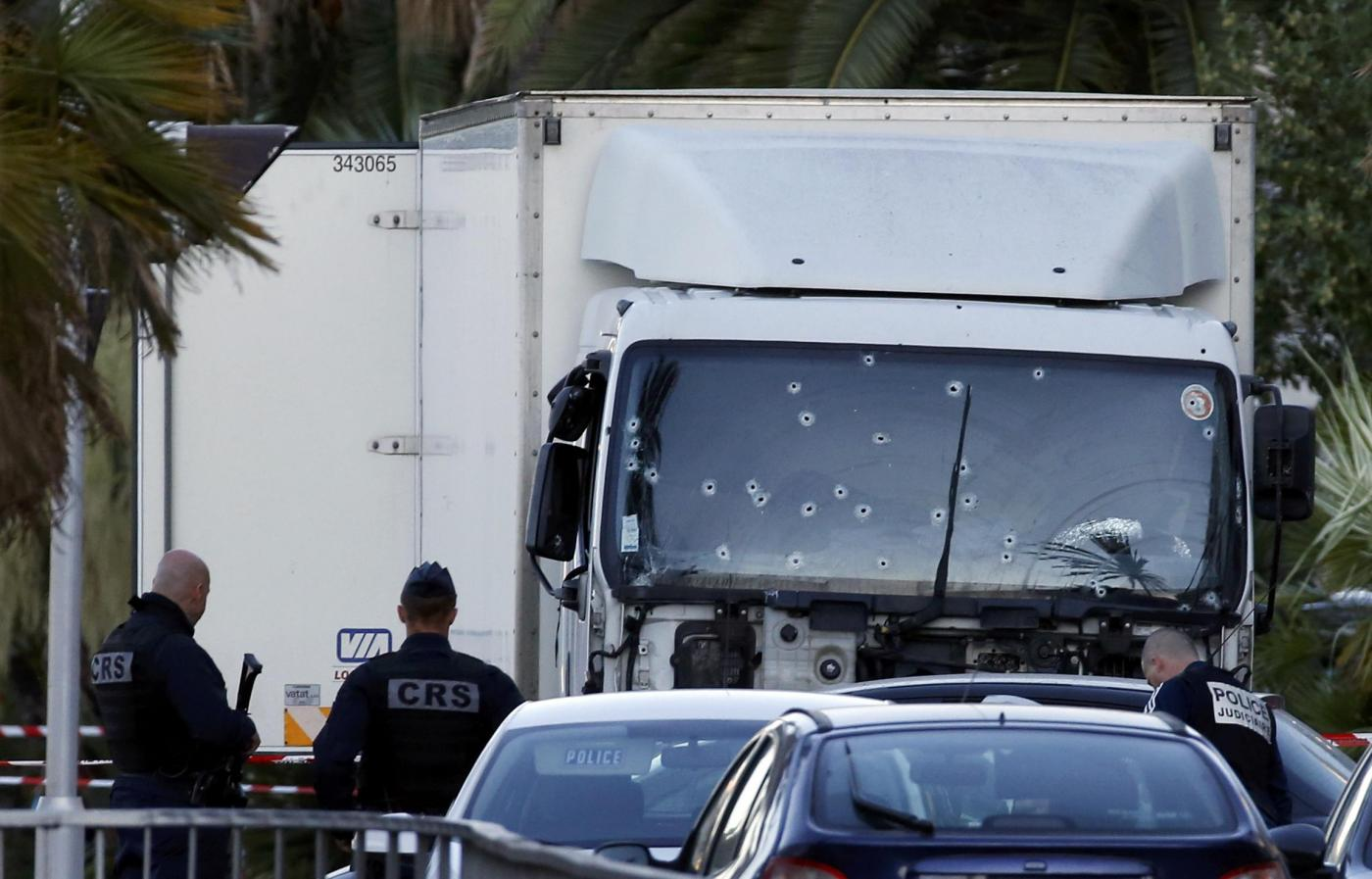 Nizza, il camion usato per la strage crivellato di colpi