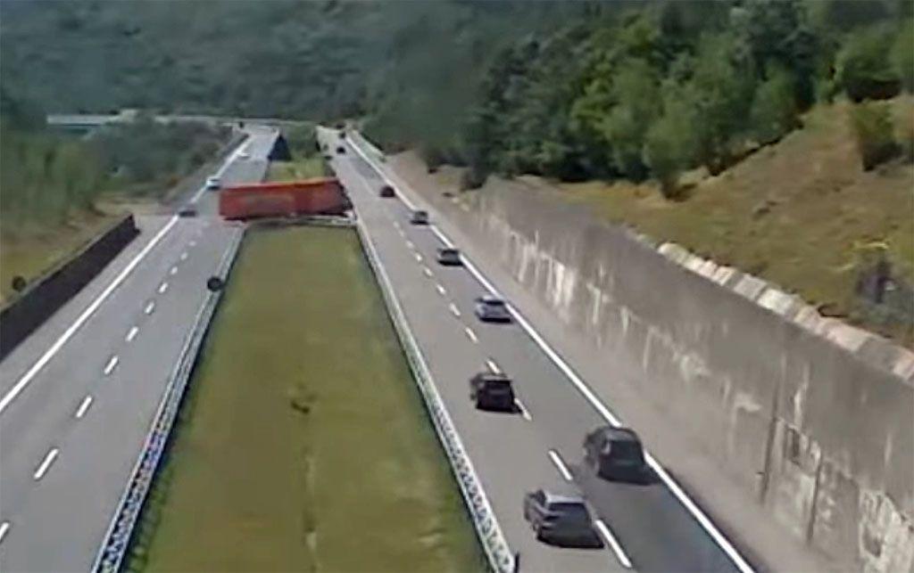 Camion fa inversione a U in autostrada sulla Cisa, pazzesco [VIDEO]