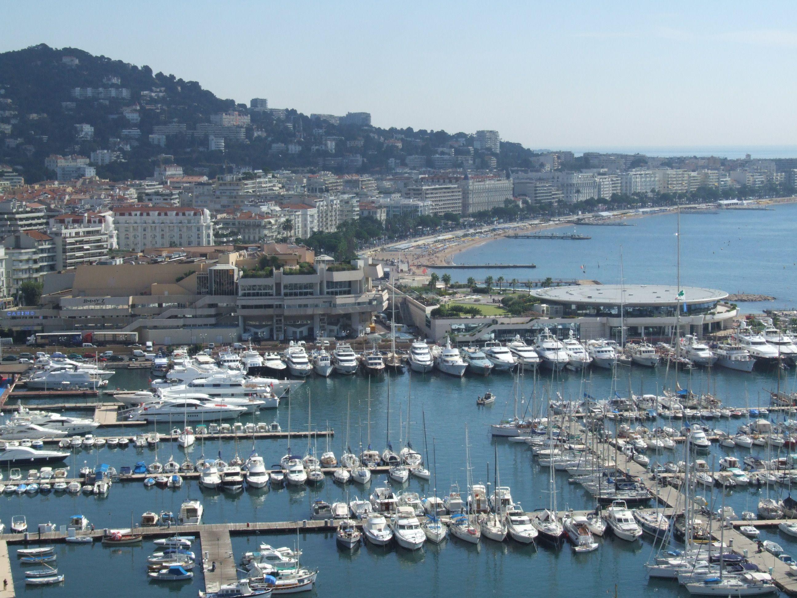 Cannes, borse e valigie bandite dalla spiaggia per rischio terrorismo