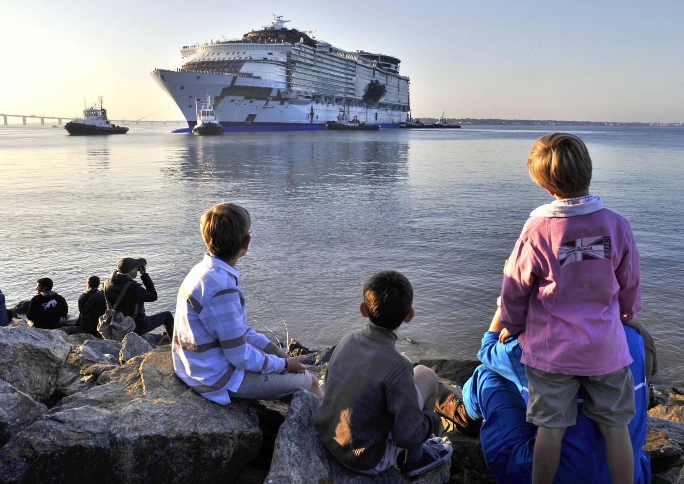 L'Harmony of the seas,la nave da crociera piu' grande del mondo lascia il cantiere di Saint Nazaire.