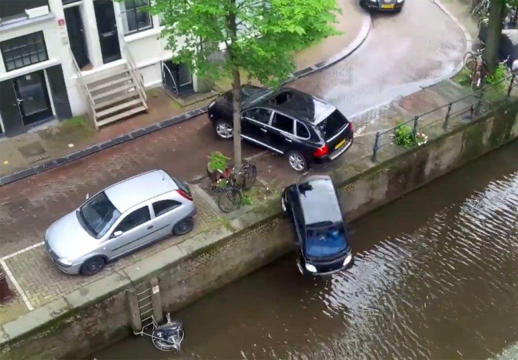 La Porsche Cayenne insegue il motoscafo e la Smart finisce in acqua