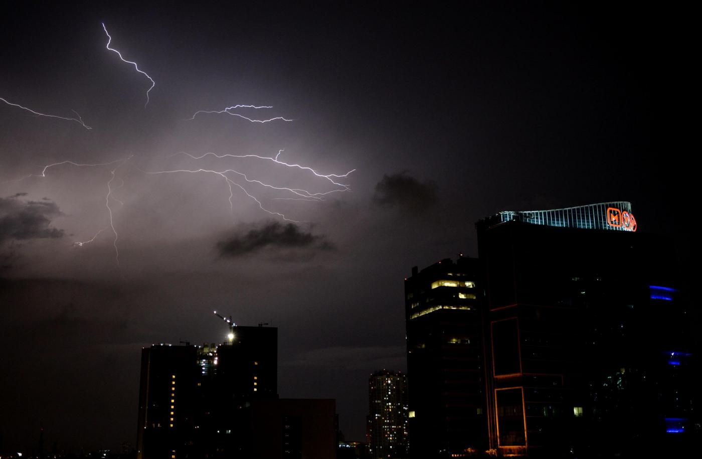 Indonesia, fulmini nel cielo di Jakarta