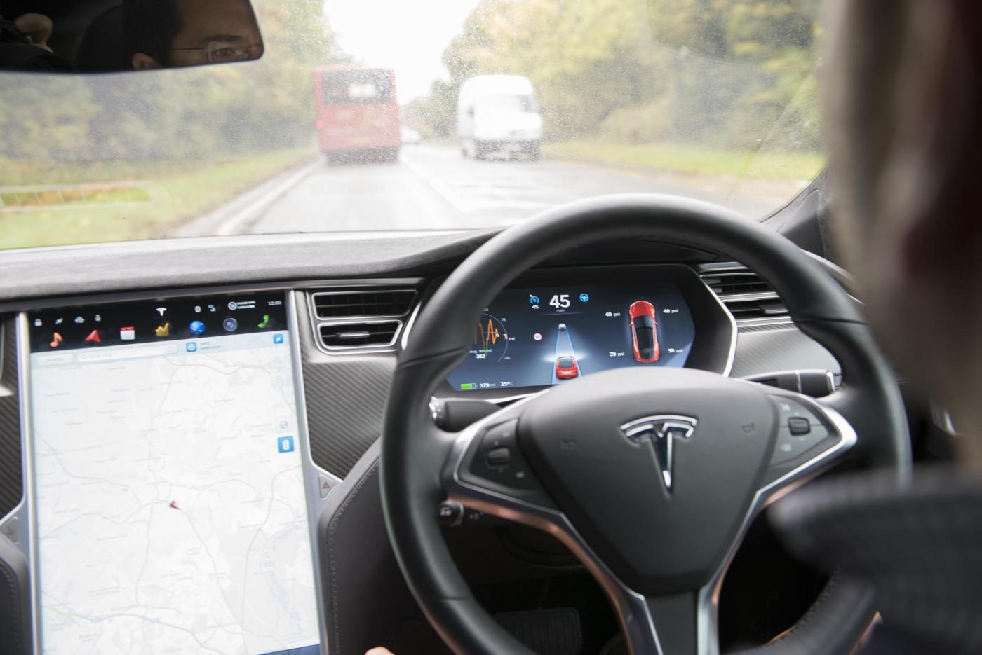 Test di guida sull'auto elettrica Tesla Model S.Si guida da sola senza il pilota.