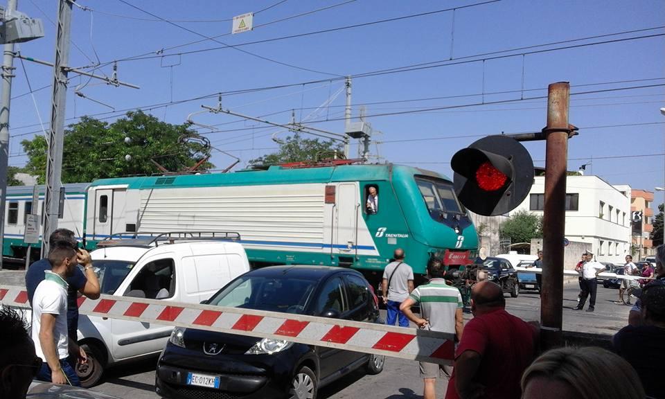 Incidenti ferroviari in Puglia, sfiorata tragedia a Mesagne: vetture bloccate sui binari
