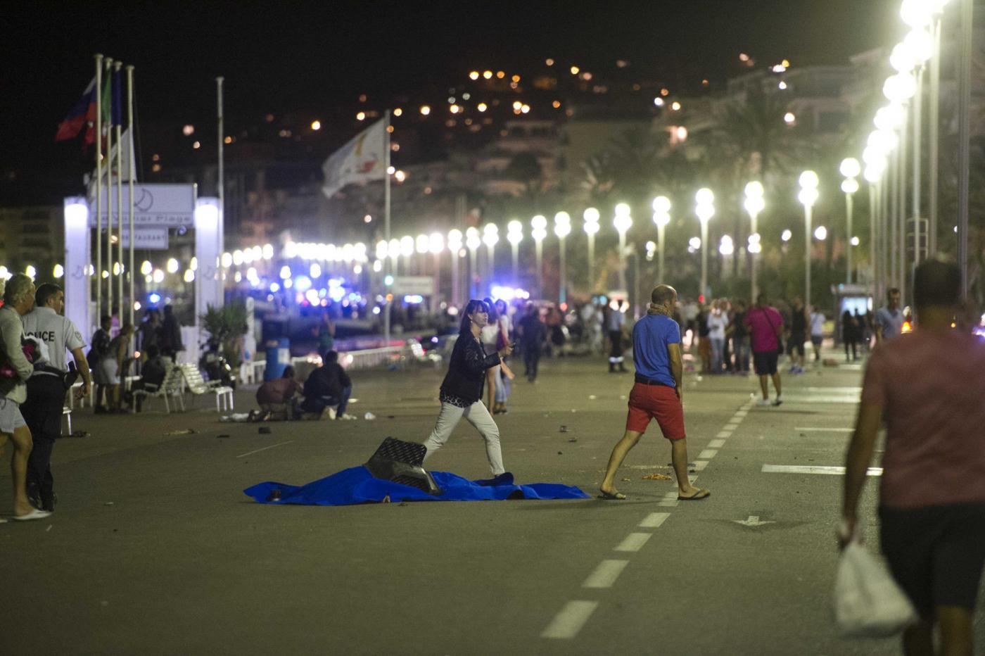 Attentato a Nizza, camion sulla folla: morti e feriti