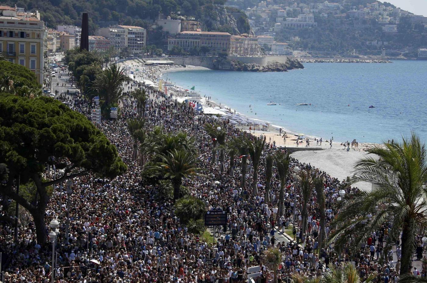 Nizza, sulla Promenade des Anglais minuto di silenzio per le vittime del massacro