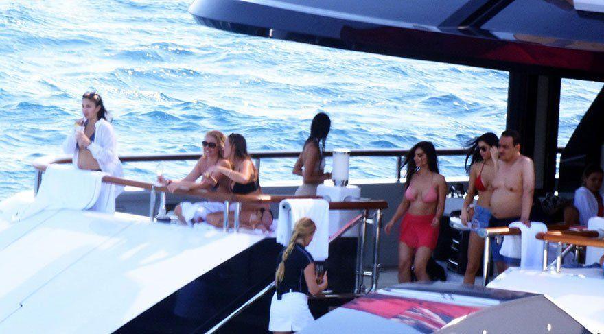 Il principe saudita su uno yacht insieme a donne in bikini: polemica in Turchia