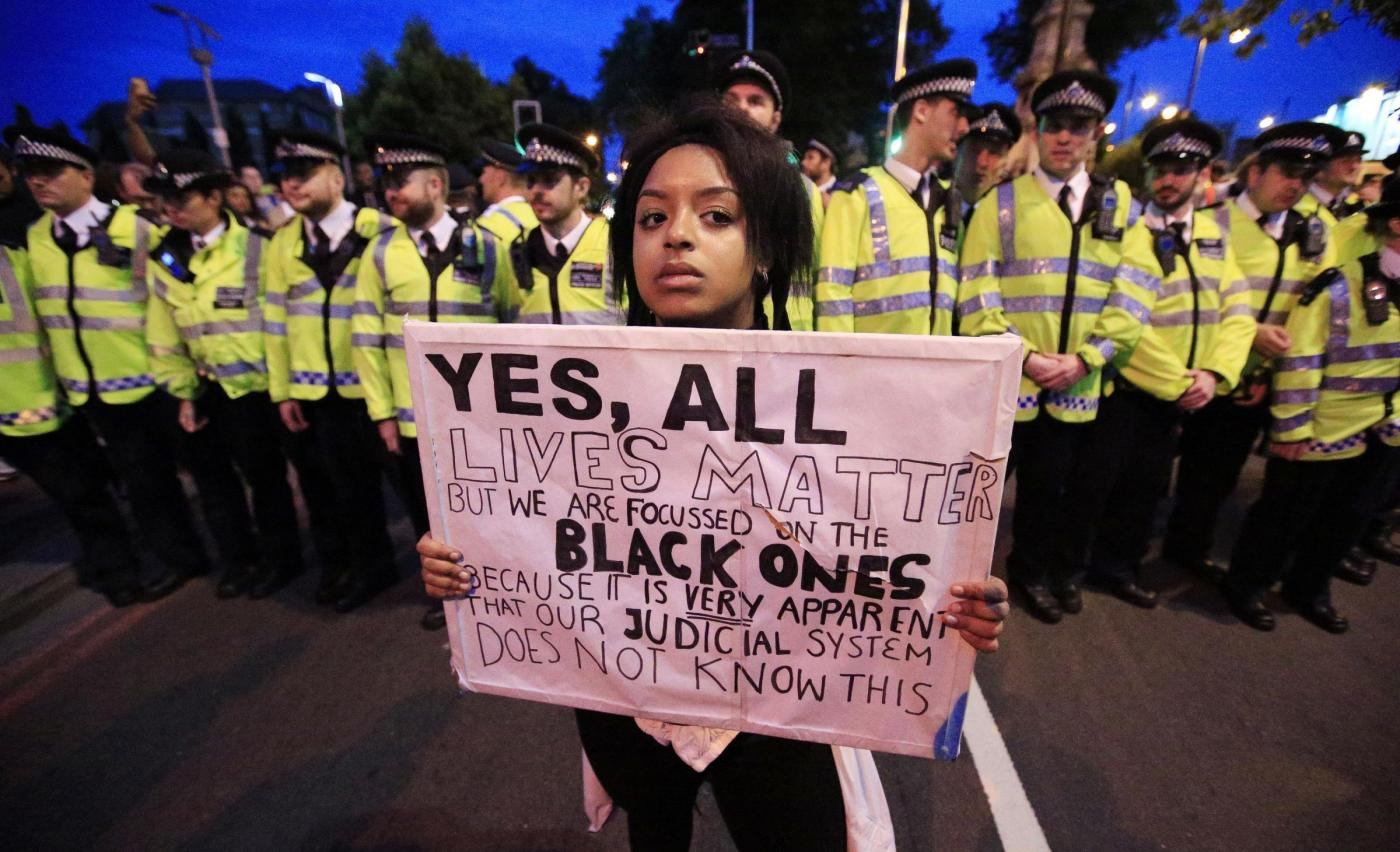Usa, neri uccisi dalla polizia: scontri e proteste in tante città