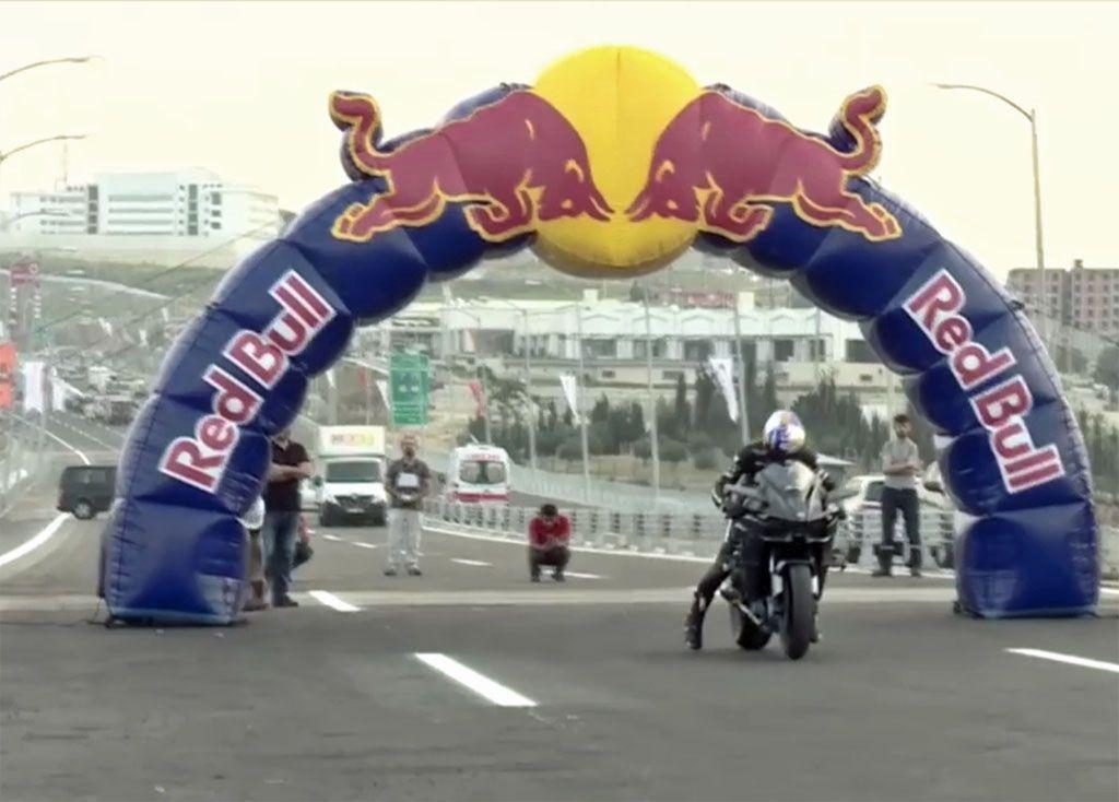 Folle impresa, a 400 Km/h su una moto