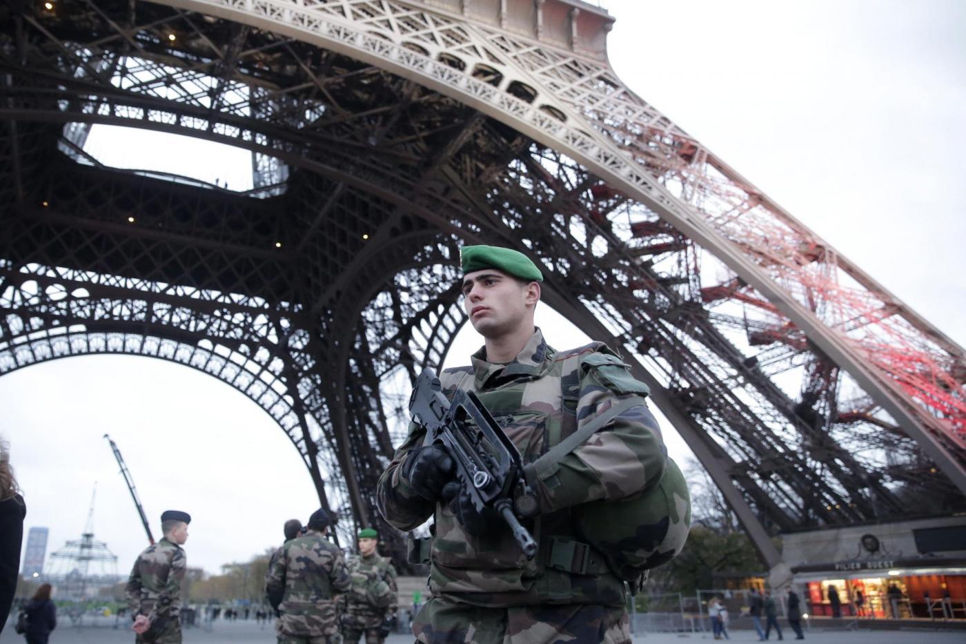Francia, arrestato autista di taxi: aveva esplosivi e bandiera dell'Isis in casa