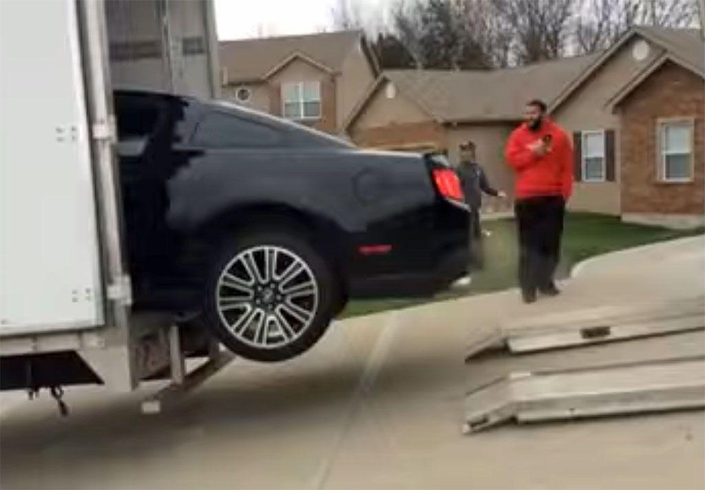 Una Ford Mustang viene caricata su un camion ma accade il peggio