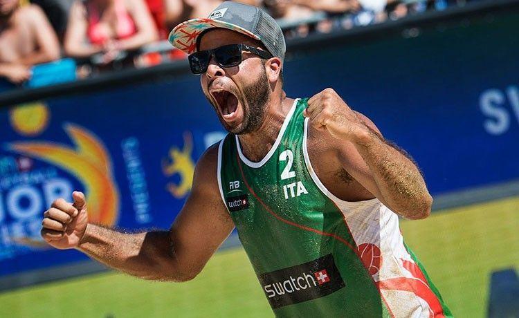 La skyball di Adrian Carambula, il protagonista del beach volley