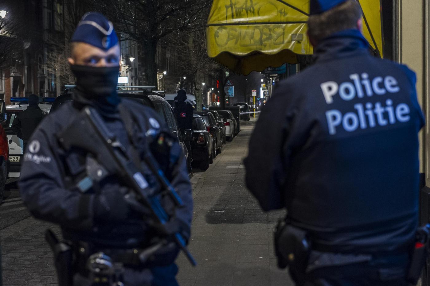 Belgio, inneggia ad Allah e ferisce due poliziotti a colpi di machete