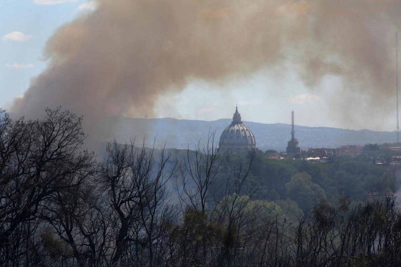 Roma: incendio nel Parco del Pineto, chiusa la Roma Fiumicino