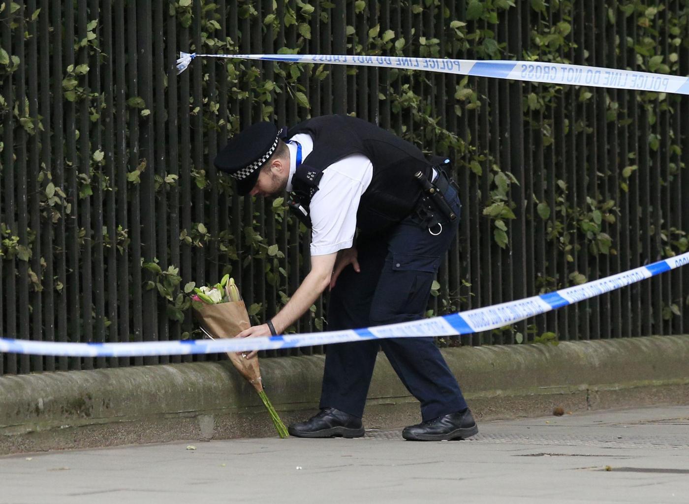 Londra, attacca i passanti a coltellate