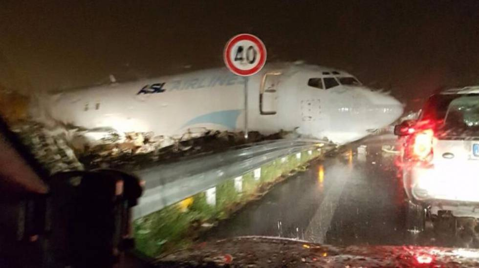 Aeroporto di Bergamo Orio Al Serio, aereo cargo esce di pista e finisce tra le auto