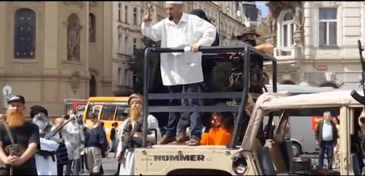 Praga, finta invasione dell'Isis: gruppo xenofobo scatena il panico