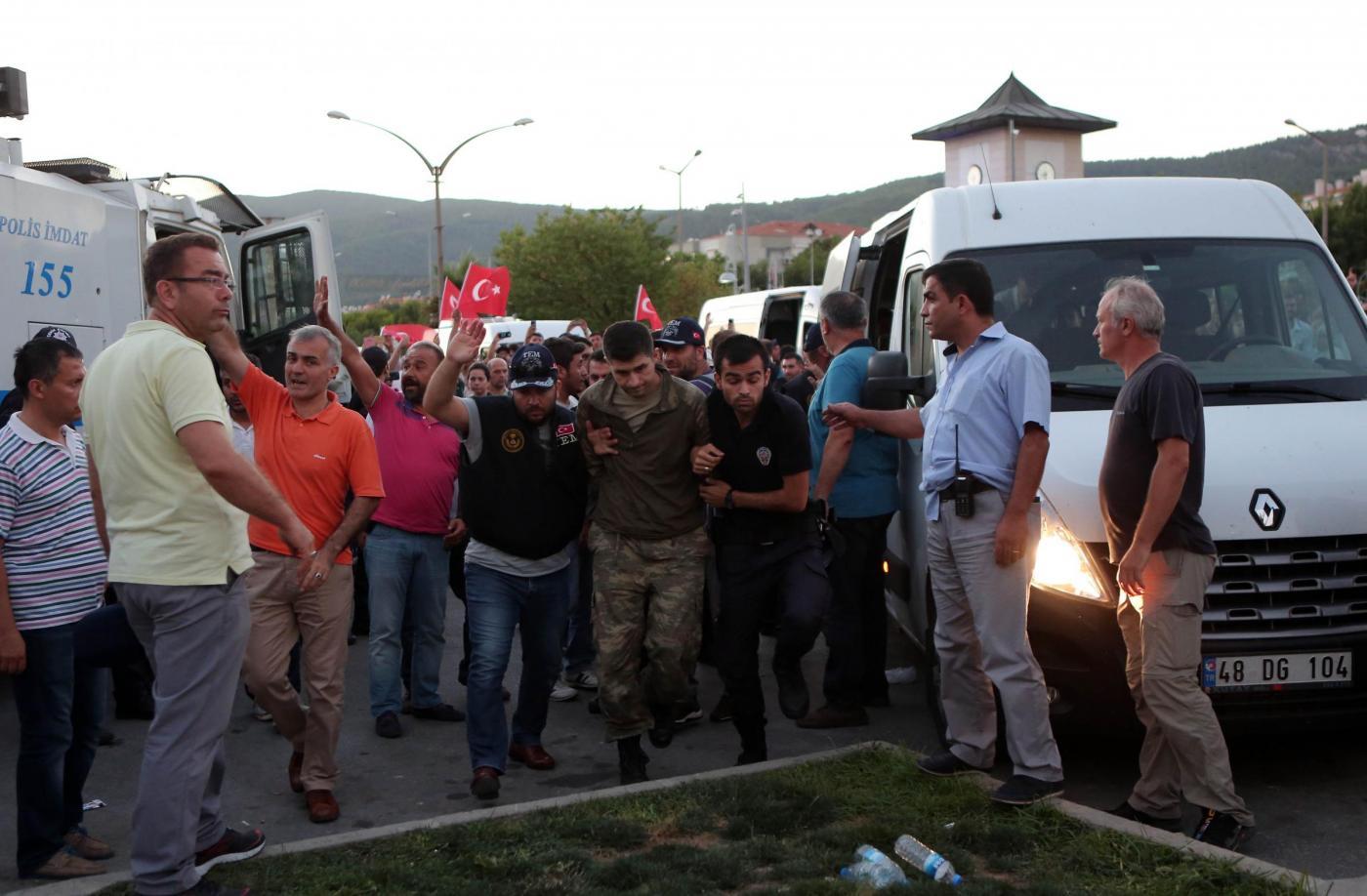 Turchia, fuori 38mila detenuti: 'Servono celle per i golpisti'
