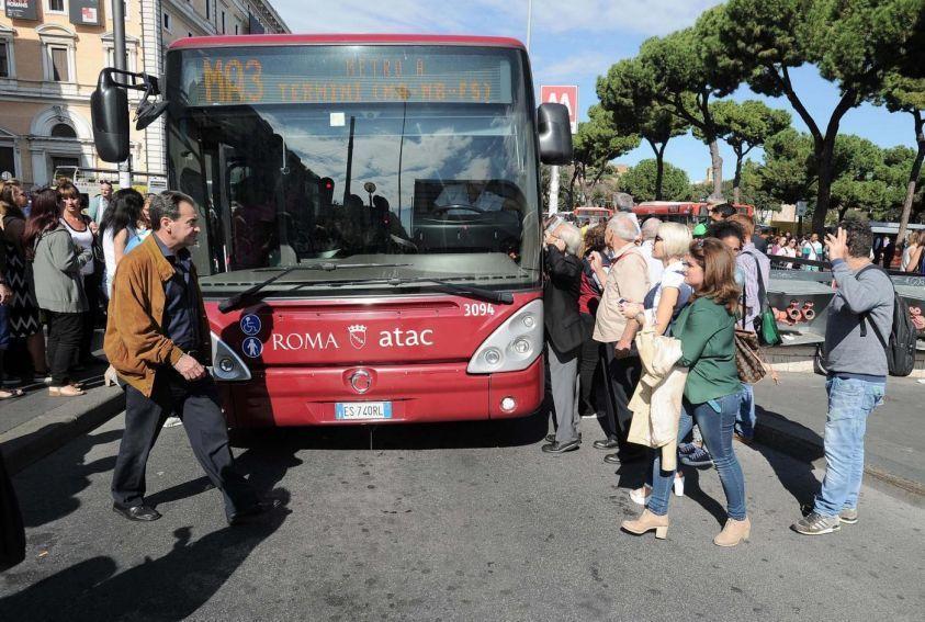 Roma, autista Atac rapina immigrato e lo minaccia con un coltello: arrestato