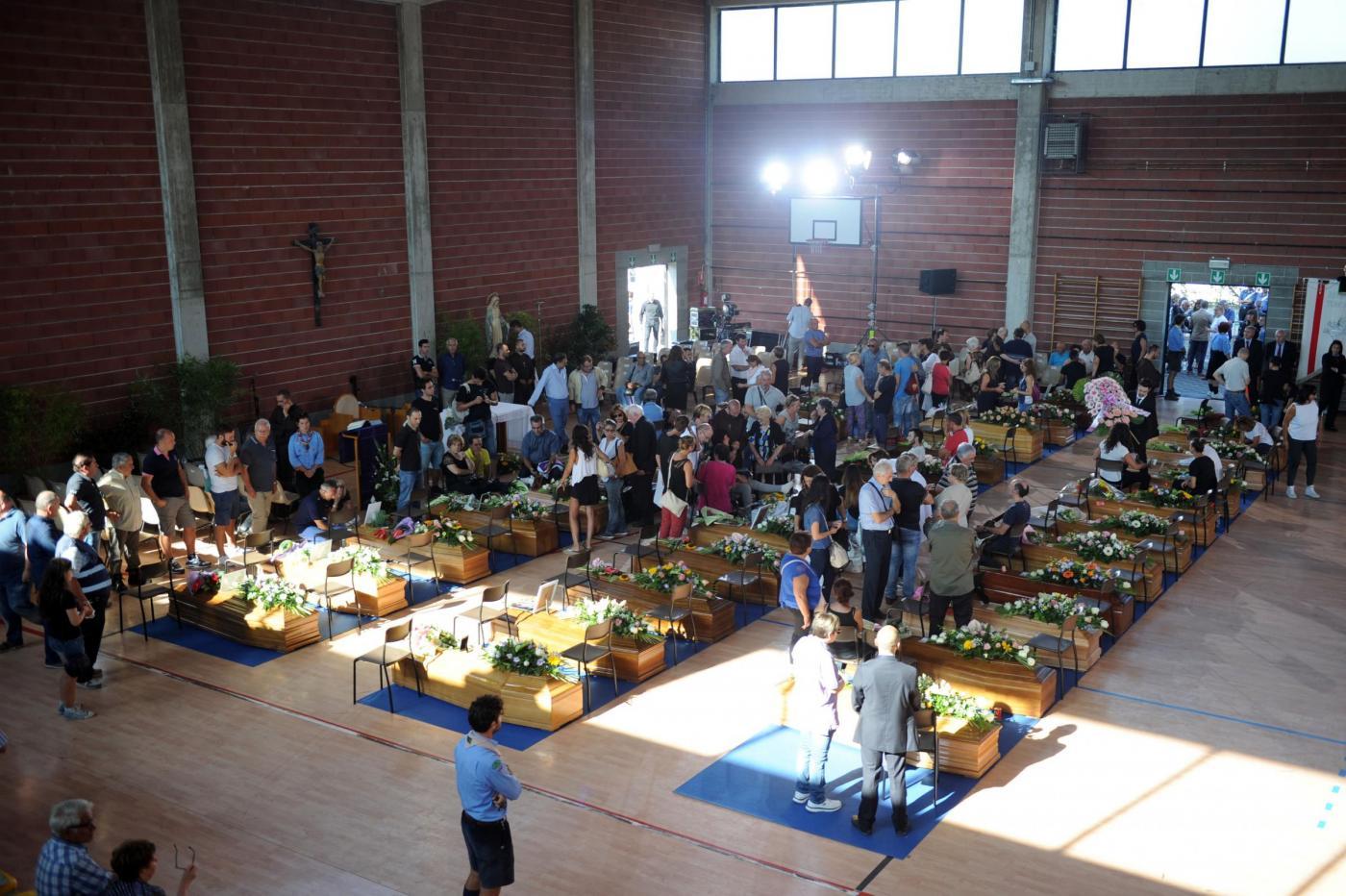 Terremoto, Mattarella agli sfollati: 'Non vi lasceremo soli'. Funerali di Stato ad Ascoli