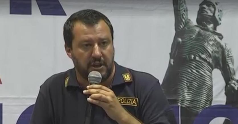 Salvini con la maglia della Polizia parla di pulizia etnica contro gli immigrati: è polemica