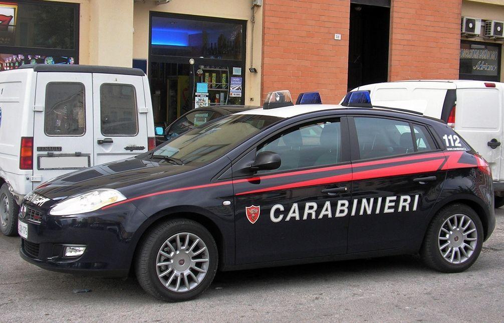 Immigrato armato aggredisce i Carabinieri, loro gli sparano