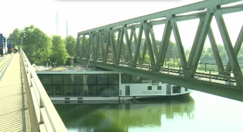 Germania, nave da crociera si incastra sotto ponte ferroviario: 2 morti