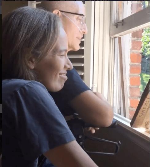 Usa, l'insegnante è malato di cancro: 400 studenti cantano fuori casa sua