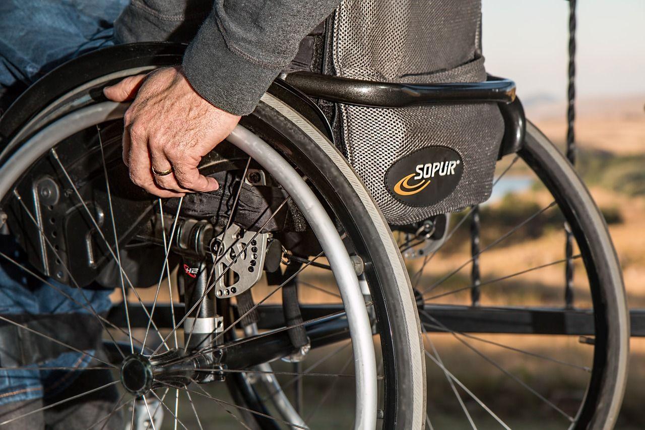 Trascorre 43 anni in carrozzina per una diagnosi errata: ora torna a camminare