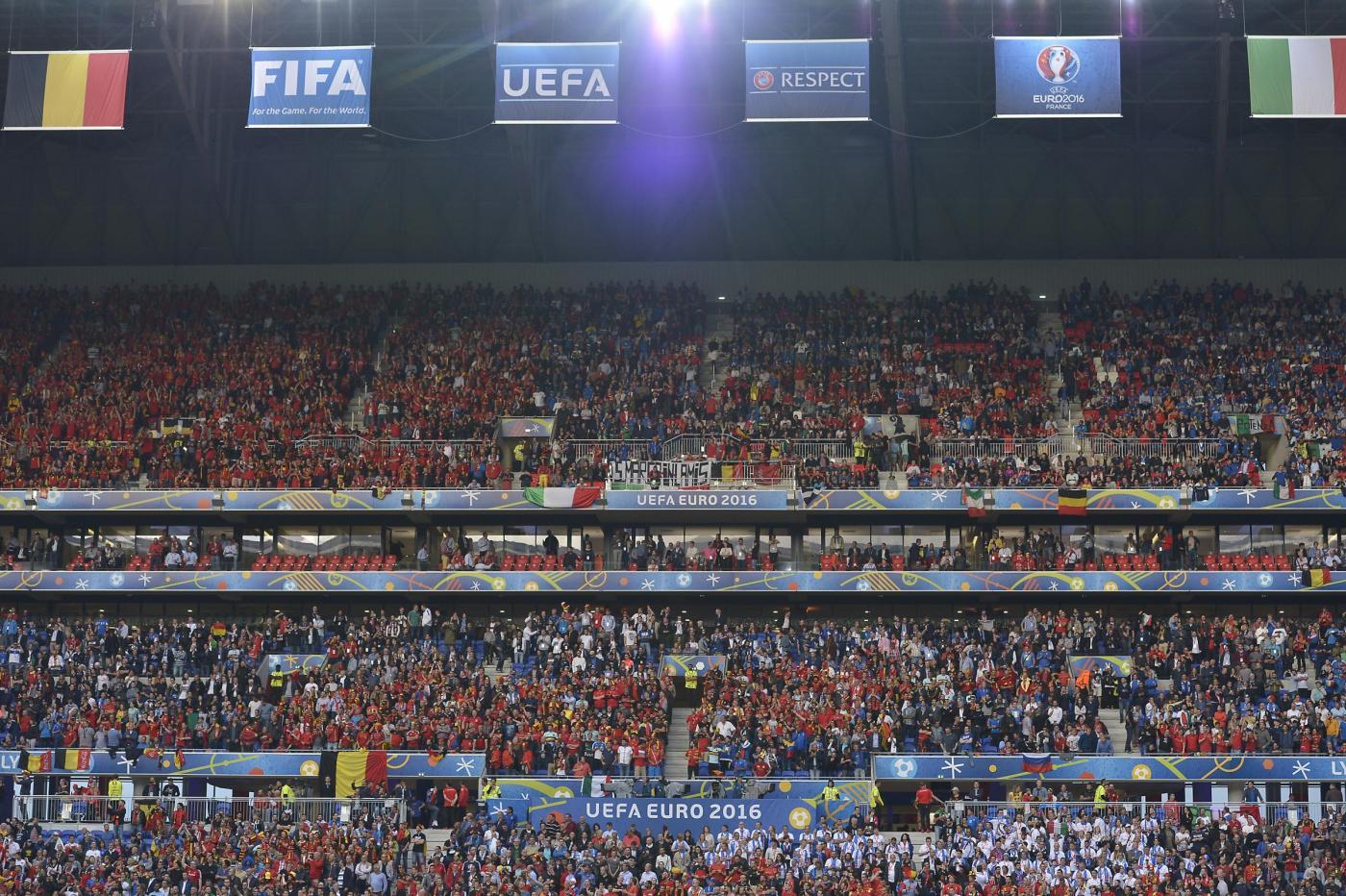 """Tifoso offende arbitra che ferma il match e lo """"espelle"""" dallo stadio"""