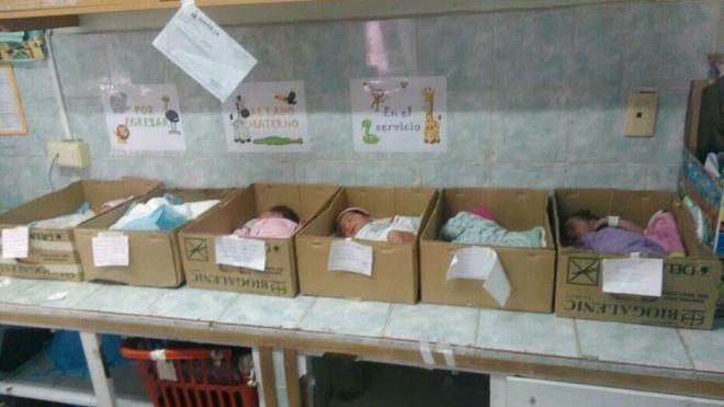 Venezuela, neonati nelle scatole di cartone: non ci sono i soldi per le culle